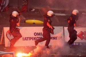 «Πετροπόλεμος»  ΜΑΤ και οπαδών του Ολυμπιακού