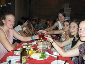 Σε δείπνο Κορασίδες και Παγκορασίδες