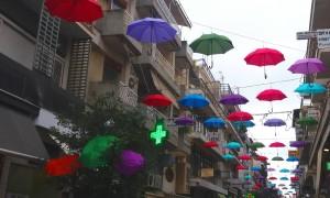 «Eβρεξε» ομπρέλες στην οδό Απόλλωνος