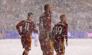 Πήγαν γήπεδο με κοντομάνικα και έριξε χιόνι