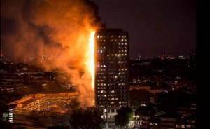 Στις φλόγες ουρανοξύστης στο Λονδίνο – Άγνωστος αριθμός νεκρών