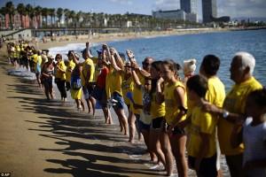 Βαρκελώνη: κατέλαβαν την παραλία για να διώξουν τους τουρίστες