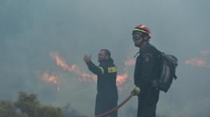 Εκτός ελέγχου η φωτιά σε Αττική, πύρινο μέτωπο 25 χιλιομέτρων